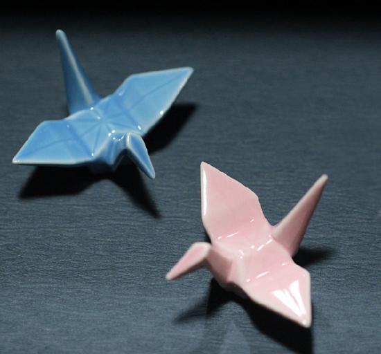 小时候,总会有那么一段时间流行折纸鹤,紧张的课余时间,一张方块大小